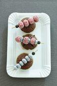 Schokomuffins mit gefrorenen Beerenspiesschen