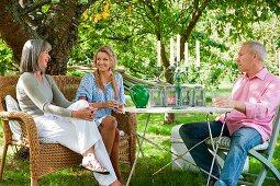 Familie bei fröhlicher Unterhaltung im Garten