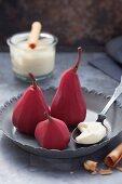 Rotweinbirnen mit Vanillecreme
