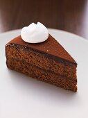 Stück Schokoladenkuchen mit Sahnetuff
