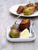 Grilled figs with gingerbread and vanilla ice cream