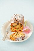 Fruitcake dusted with icing sugar