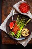 Gebratener Spargel mit rotem Kaviar und schwarzen Sesamsamen
