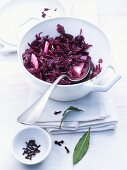 Apple and red cabbage with cloves