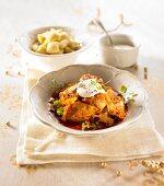 Hühnereintopf mit Paprika, serviert mit Gnocchi