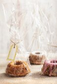 Mini red wine Bundt cakes as gifts
