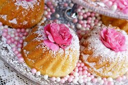 Small Bundt cakes with icing sugar and rose decoration