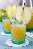 Gläser mit Apfelsaft und aufgesteckten Apfelscheiben