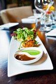Tandoori-Garnelen mit Salat und zwei Saucen