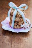 Ein Stapel Cookies mit Schleife umwickelt