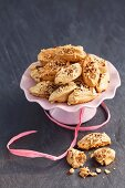 Meringues with cinnamon and nuts