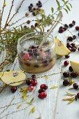Ein Glas Quitten-Cranberry-Marmelade