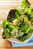 Bärlauchknödel mit Blattsalat