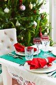 Festlich gedeckter Tisch zu Weihnachten