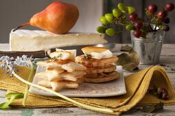 Spicy mille feuilles with pear and cheese