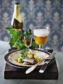 Matjesfilet auf Brot dazu Aquavit & Bier (Skandinavien)
