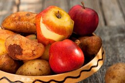 Potatoes and apples in a ceramic dish