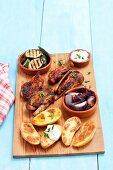 Gemüse und Fleisch vom Grill; dazu Ofenkartoffeln