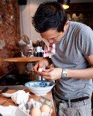 Mann asiatischer Herkunft beim Kochen