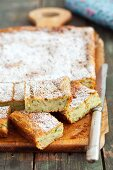 Courgette cake with cinnamon and icing sugar