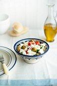 Griechischer Salat mit Olivenöl und Fladenbrot