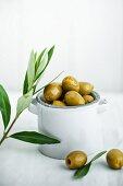 Grüne Oliven in kleiner Keramikschale