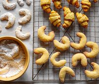 Vanilla crescent biscuits and pastries on a wire rack