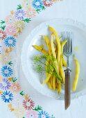 Gelbe Bohnen mit Dillblüten