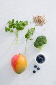 Stillleben mit Kräutern, Gemüse, Obst und Haferflocken