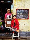 Linda - traditionelles Restaurant zum Mittagessen in Lima, Peru - Zwei Frauen und Menütafel am Eingang