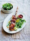 Limettenhähnchen-Spiess mit Tomaten-Chili-Marmelade und Blattsalat