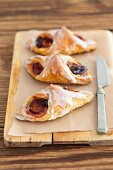 Puff pastries with plums and icing