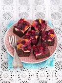 Schokoladen-Vanille-Biskuitkuchen mit Kirschen