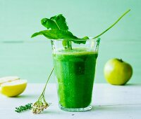 An apple and sorrel smoothie with goosefoot, yarrow and fresh dandelions