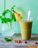 Apple and pear smoothie with water almonds, dandelions, pilewort and bishop's weed