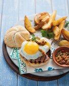 Steak-Sandwich mit Spiegelei und Chimichurri