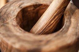 Holzmörser mit Stössel (Close Up)