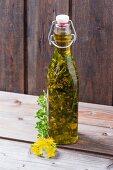 Johanniskrautöl in Bügelflasche