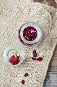 Getrocknete Rosenblätter in Glasgefäss (Aufsicht)