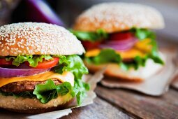 Cheeseburgers with onions, tomatoes and lettuce