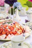 Kuppeltorte mit Erdbeeren und Quark auf Kaffeetisch