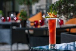 A red fruit cocktail on a patio table (Buddha-Bar Hotel, Paris)