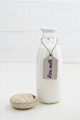 Reisdrink in einer Glasflasche mit Etikett