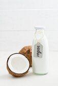 Kokosmilch in einer Glasflasche mit Etikett
