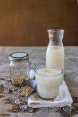 Reisdrink im Glas und Krug, Eiswürfel und Brauner Reis
