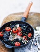 Fischfilet mit Rispentomaten auf Tintenfischspaghetti