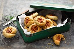 Savoury walnut biscuits with chives