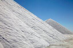 Meersalzgewinnung in der Camargue in Frankreich, Salzberge