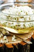 Akazienblüten in Zuckerwasser mit Zitrone zur Herstellung von Akaziensirup
