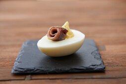 Gefülltes Ei mit Sardellenfilet